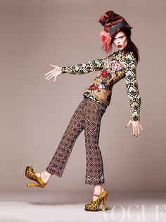 "Coco Rocha- Diciembre  Camisa de gaza de seda, de Miu Miu; corsé bordado con encaje, de Dolce & Gabbana; pantalón de lana y zapatos ""Spazzolato"", todo de Prada; sombrero ""Nelly"" oversize, de Louis Vuitton."