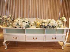 かすみ草や白いバラなど、ホワイトのお花をたくさん集めたホワイト高砂♡ウェディングドレス姿のご新婦さまにぴったりの色合いとなりました。お花が大好きなご新婦さまは、飾るお花にもこだわりを持ってイメージされたそうですよ!
