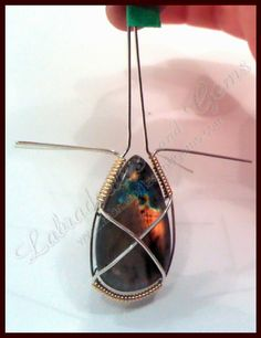 How to wire wrap a stone or gem pendant. Step by step tutorial on wire wrapping. Wire Wrapped Pendant, Wire Wrapped Jewelry, Beaded Jewelry, Jewellery, Wire Jewelry Making, Jewelry Making Tutorials, Stone Wrapping, Wire Wrapping, Diy Jewelry Inspiration
