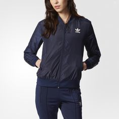 The classic Superstar look takes design cues from the natural world for this women's track jacket. It comes with a relaxed fit in a deep mineral blue that matches the agate-inspired print on the inner lining.