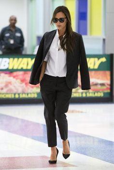 Minimalista y 'preppy', el nuevo estilo de Victoria Beckham Victoria Beckham fue fotografiada en el aeropuerto JFK con un traje de color gris oscuro, camisa blanca y salones negros de Manolo Blahnik. © Getty Images