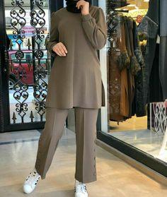 Stylish Dresses For Girls, Stylish Dress Designs, Street Hijab Fashion, Fashion Outfits, Mode Abaya, Muslim Women Fashion, Pakistani Dresses Casual, Hijab Chic, Clothes