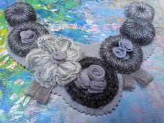 collar fieltro y lana en gris
