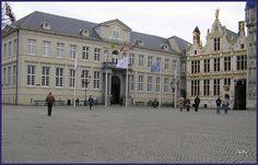 """El antiguo Palacio de Justicia (izquierda) y el Registro Civil (derecha) en Brujas, Bélgica.  En """"de Burg"""", una plaza del centro de Brujas, se encuentran varios edificios de estilo gótico y renacentista como la basílica de la Santa Sangre, el Ayuntam Plaza, Louvre, Building, Travel, Goth Style, Righteousness, Bruges, Palaces, Buildings"""