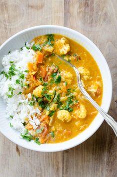 Opskrift på en lækker og krydret vegetarisk curry med røde linser og blomkål. Det er både nemt og hurtigt at lave, og så er det perfekt til en kødfri dag. Veggie Recipes, Indian Food Recipes, Whole Food Recipes, Vegetarian Recipes, Healthy Recipes, Healthy Cooking, Healthy Eating, Cooking Recipes, I Love Food