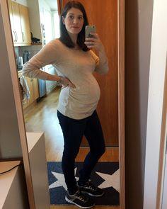 Se mit nye graviditetstøj her, hvor jeg viser fire outfit frem med babybulen uge 26.
