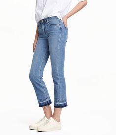 Ett par ankellånga 5-ficksjeans i stretchig, tvättad denim med slitna detaljer. Jeansen har normalhög midja och utsvängda ben. Rå kant vid benslut.