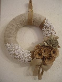 Burlap and lace wreath with handmade felt flowers Couronne Shabby Chic, Shabby Chic Kranz, Couronne Diy, Shabby Chic Wreath, Burlap Projects, Burlap Crafts, Wreath Crafts, Diy Wreath, Burlap Wreath