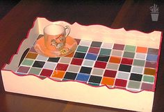 Mosaicando: Mural da Vila com mosaicos dos leitores Mosaic Tray, Mosaic Tiles, Hobbies And Crafts, Diy And Crafts, Tea Tray, Mosaic Garden, Mosaic Projects, Serving Board, Mosaic Patterns