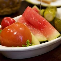Salata de Muraturi asortate.  Ingrediente:   - Piper   - Conopida   - Castraveti   - Gogonele   - Varza alba   - Sfecla rosie   - Foi de dafin   - Coriandru   - Boabe de mustar   - Sare