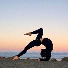 Siempre tenemos a alguien quien nos inspira con sus actos, su forma de actuar, su forma de afrontar las cosas... ¿Por qué no etiquetas a esa persona que te inspira en tu práctica? #womenstechnicalfashion #yoga #pilates #yogaeverydamnday #yogagirl #hipopre