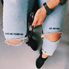 Jeans quotes Embroidery quotes style 5 … Gimmicks and Crafts What is Crafts? Diy Jeans, Painted Jeans, Painted Clothes, Diy Clothing, Custom Clothes, Diy Fashion, Fashion Outfits, Fashion Closet, Mode Grunge