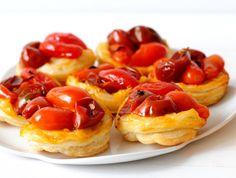 טארט טאטן עגבניות שרי הנה לכם מנה של מבוגרים שילדים פשוט עפים עליה. וההכנה? כל כך פשוטה שזה לא נעים: קצת תימין, קצת עגבניות, בצק שקונים בסופר - וזה