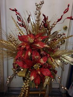 Red and gold tree topper Christmas Tree Tops, Christmas Topper, Christmas Porch, Christmas Flowers, Noel Christmas, Christmas Wreaths, Christmas Crafts, Red And Gold Christmas Tree, Christmas Decorations 2017
