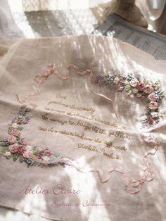 近づいてきたバラの季節に向けてアトリエクレアでも花々のボックスに取り組まれていた方の刺繍が仕上がってまいりました。Iさんの花々のボックスも美しく花開きまし...