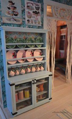"""Keittiö sai viimein astiakaapin. Tämä runko syntyi ruokasalin kaappia tehdessä """"sivutuotteena"""". Kaapin malli oli söpö, mutta tyyliltään se..."""