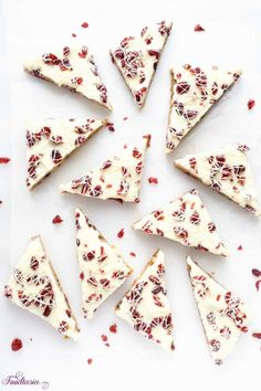 Starbucks Copycat Cranberry Bliss Bars packed with cranberries white chocolate and cream cheese. Quick and easy to make at home! Cranberry Cookies, Cranberry Bars, Cranberry Recipes, Caramel Cookies, Cranberry Bliss Bars Starbucks, White Chocolate Bark, Paleo, Rolled Sugar Cookies, Heart Shaped Cookies