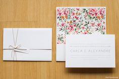 Convite de casamento contemporâneo clean com estampa floral. Impressão em serigrafia, acabamento com tag com nome do convidado e fitinha, forro de envelope