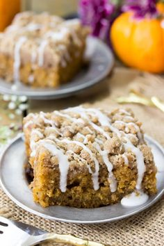 This moist pumpkin crumb cake is a soft, seasonally flavored pumpkin cake infused with the best flavors of fall (think pumpkin spice, cinnamon, and real pumpkin) and topped off with a buttery cinnamon crumble topping! Pumkin Cake, Pumpkin Coffee Cakes, Pumpkin Cake Pops, Pumpkin Deserts, Pumpkin Recipes, Fall Cake Recipes, Sheet Cake Recipes, Frosting Recipes, Cupcake Recipes