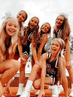 Cheerleading Senior Pictures, Cheer Team Pictures, Cute Friend Pictures, Cheerleading Outfits, Best Friend Photos, Cheer Picture Poses, Cheer Poses, Cheers Photo, Cheer Stunts