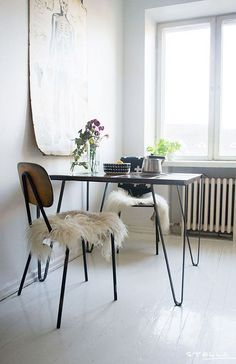 Small dining tables are great for small dining area. But out of the so many selections, do you know the right type of small dining table's shape for you? Dining Room Inspiration, Interior Inspiration, Estilo Interior, Diy Décoration, Dining Room Design, Dining Nook, Small Dining Table Apartment, Small Dining Area, My New Room