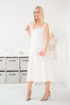 How to wear a white skirt in winter. Faux Fur Cropped Jacket, Weekend In London, Winter Skirt, Valentino Rockstud, Wool Skirts, Elegant Outfit, Ankle Strap Heels, White Shirts, Cold Shoulder Dress