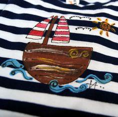 Triko námořnické s lodičkou vel. 110 - kvalitní dětské tričko - 100% bavlna - základní barva proužek modrobílý, krátký rukávek - ručně malované -námořnick motiv - ihned dostupné - vel. 110 ihned, na objednávku možno i ve vel.122, 134 (pište do objednávky) - originál, který potěší Pro holčičku i kluka
