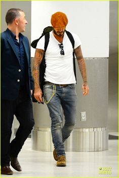David Beckham Talks Coming Out of Retirement in New Documentary!: Photo David Beckham sports an orange newsboy cap while arriving at the airport on Friday (June in Miami, Fla. Stylish Men, Men Casual, David Beckham Style, David Beckham Fashion, Mode Man, David And Victoria Beckham, Herren Style, Cooler Look, Herren Outfit