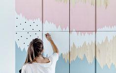 IKEA Ideen Einrichterin Therese bemalt eine IVAR Aufbewahrung.