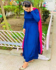 Plain Kurti Designs, Simple Kurta Designs, Blouse Designs, Indian Fashion Dresses, Dress Indian Style, Indian Designer Outfits, Embroidery Suits Punjabi, Embroidery Suits Design, Ladies Suit Design