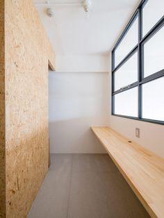 木とモノトーンの調和した家 スタディスペース 子ども室 / 勉強 / リフォーム / リノベーション / 室内窓 / アイアン / モルタル