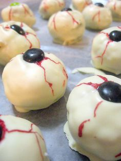 DIY Eyeball Peanut Butter and White Chocolate Cookies (Maybe these can go on my zombie tray? ^_^)