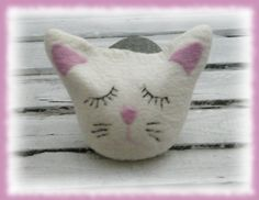 .  .  kleine, süße ,zarte Katze    Diese Katze wurde aus extraweicher Merinowolle nass gefilzt und mit Kirschkernen gefüllt. Das Gesicht wurge ansc...