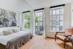 Deze prachtige slaapkamer heeft een paar elementen die hem heel fijn maken. Grote ramen, waardoor veel licht naar binnen komt en natuurlijk de dubbele balkondeuren: heerlijk! Windows, Ramen, Window