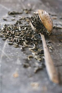 Green tea appears to exert sun damage protection by quenching free radicals and reducing inflammation rather than by blocking UV rays. Therefore, green tea may synergistically enhance sun protection when used in addition to a sunscreen. Tea Strainer, Tea Infuser, Matcha, Momento Cafe, Green Tea Benefits, Buy Tea, Tea Art, Tea Blends, Tea Accessories