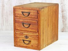 A lovely compact rustic Japanese chest of drawers. Featuring a triple set of drawers and set of stunningly well-designed metal drop-handles. The attention to details is what you'd expect from great Japanese handcraftsmanship. Vintage Bench, Vintage Chairs, Vintage Furniture, Set Of Drawers, Small Drawers, Box Bedroom, Japanese Furniture, Living Room Cabinets, Hallway Storage