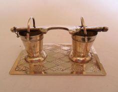 Antiek Hollands zilveren miniatuur, juk met emmers.    Het miniatuur is gekeurd met zwaardje en meesterteken A3W (A.F Westerwaal, Amsterdam, 1900-1921