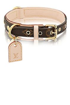 Discover Louis Vuitton Baxter Dog Collar MM: This Baxter dog collar is specially designed for medium-sized dogs. In Monogram canvas, it has a leather backing and ID tag and can be accompanied by the Baxter dog lead. Bijoux Louis Vuitton, Louis Vuitton Luggage, Louis Vuitton Handbags, Louis Vuitton Dog Collar, Louis Vuitton Pet Carrier, Louis Vuitton Official Website, Designer Dog Collars, Malteser, Dog Carrier