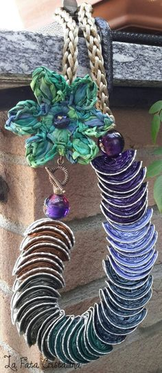 Collana realizzata con cialde Nespresso e fiore in rafia.