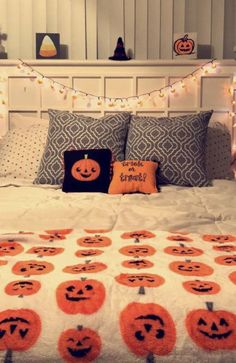 25 Cheap and Easy Home Decor Hacks for a Total House Makeover - The Trending House Halloween Room Decor, Fall Room Decor, Halloween House, Fall Halloween, Halloween Decorations, Home Decor, Halloween 2020, Halloween Blanket, Kawaii Halloween