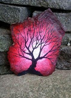 Tree on rock - speed painting rocks rock painting designs, p Rock Painting Patterns, Rock Painting Ideas Easy, Rock Painting Designs, Rock Painting Supplies, Paint Designs, Pebble Painting, Pebble Art, Stone Painting, Diy Painting