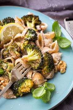 Pasta med bagt broccoli og valnøddecreme - opskrift Vegetables, Food, Vegetarian, Red Peppers, Vegetable Recipes, Eten, Veggie Food, Meals, Veggies