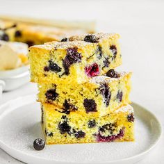 Langpannekake er perfekt når mange skal ha kake, den er lett å lykkes med, praktisk å frakte og superpopulær! Her er oppskrift på langpannekake med bær.