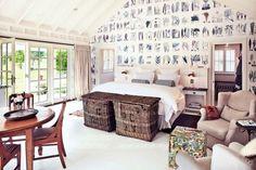 biało-niebieska tapeta,wiklinowe skrzynie,stylowy stół z krzesłami w aranzacji otwartej sypialni
