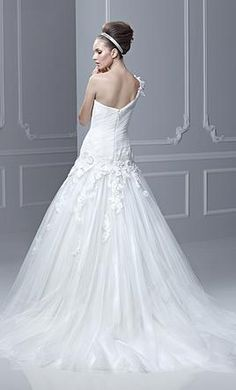Enzoani FLORO: buy this dress for a fraction of the salon price on PreOwnedWeddingDresses.com