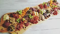 Tapas time!! Zet bij de borrel of het aperatief zo'n plank op tafel en je blaast iedereen omver 😉😋 #tapas #food #delicious Party Plates, High Tea, Queso, Food Inspiration, Holiday Recipes, Buffet, Food And Drink, Appetizers, Yummy Food