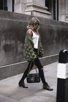 Autumn: Mumshandmade chunky olive green cardigan+white linen vest top with black lace bra underneath + Gucci Marmont bag + black skinny jeans + Chloe Susanna boots EJ Style Susanna Boots, Fashion Mode, Look Fashion, Winter Fashion, Womens Fashion, Curvy Fashion, Fashion Trends, Mode Outfits, Fashion Clothes