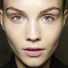 Grüne Augen – diese Farben passen  Zu grünen Augen passen zarte Töne: Pflaume, Violett, Rosé betonen strahlendes Grün besonders schön. Schönes Plus für den Abend: ein smaragdgrüner Lidstrich. Der kitzelt nämlich noch mehr Grün raus. Ideal bei hellen Grüntönen: Den äußeren Augenwinkel mit einem dunklen Lidschatten – fürs Abend-Make-up eignen sich auch kühle Grautöne – betonen. Wer braune oder rote Haare und grüne Augen hat, kann auch Lidschatten in Braun- und Kupfertönen wählen.