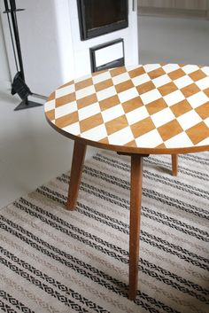 ♥♥♥♥ Harlequin patterned table!