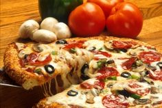 It is interesting to see this picture and think about eating pizza at restaurants. Nowadays it seems like more people prefer take-out pizza instead. However, there seem to be pizza restaurants out there that might provide good service and good food. Promo Pizza, Pizza Legal, Pizza Pizza, Pizza Dough, Pizza Food, Chicken Pizza, Big Pizza, Pizza Joint, Grilled Pizza